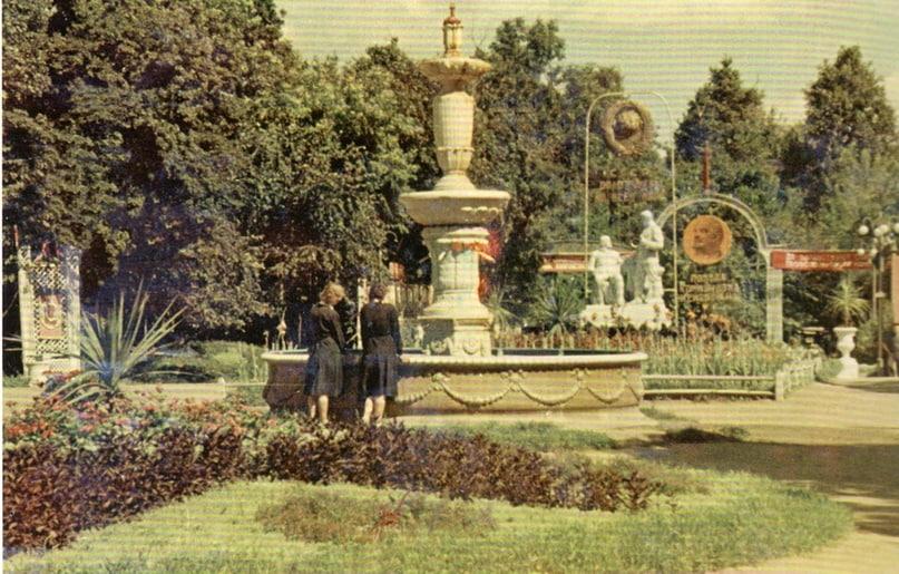 Да, сам бассейн чугунного фонтана сохранялся и до революции и после, до войны и после войны; но в 80-х я его уже не застал