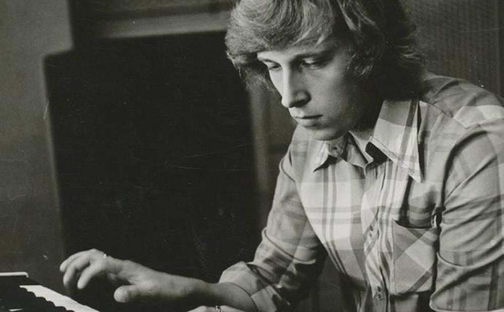 Зигмар Лиепиньш (латыш. Zigmars Liepiņš; род. 14 октября 1952, Лиепая) — латвийский композитор, музыкант-клавишник. Один из наиболее известных композиторов Латвии, плодотворно работающий в разных жанрах. С 2013 года — председатель правления Латвийской национальной оперы. Будучи студентом консерватории, участвовал в различных группах. С 1973 года стал музыкантом-клавишником и автором многих песен ансамбля «Modo», руководимого Раймондом Паулсом. В 1977 году песни молодого композитора впервые были изданы на грампластинке фирмы «Мелодия» (LP «Vēl nav par vēlu», С60 09247-8).В 1976—1978 годах служил в Советской Армии, не расставаясь с музыкой — руководил созданным при рижском стройбате эстрадным ансамблем «Zvaigznīte» («Звёздочка»). После возвращения в ансамбль «Modo», с 1978 года стал его художественным руководителем.В 1982 году ансамбль «Modo» был реорганизован в группу «Опус», руководителем которой З. Лиепиньш оставался на всём протяжении её существования (до 1989 года). В эти годы песни Лиепиньша стали широко известны не только в Латвии, но и за её пределами (шлягер «Надо подумать», удостоенный премии на фестивале «Песня-84», был популярен во всём СССР).