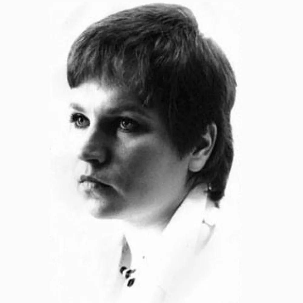 Мирдза Зивере (латыш. Mirdza Zīvere; 20 сентября 1953, Рига) — советская и латышская певица, ныне продюсер, руководитель отдела рекламы на радио SWH. Кавалер ордена Трёх звёзд. Всесоюзную популярность Мирдзе принесли как сольные выступления, так и выступления в составе ансамбля «Modo», с 1983 года переименованного в «Опус», где она солировала с Ванзовичем. С песней «Надо подумать»[4] дуэт удостоился премии на фестивале «Песня-84». Руководителем ансамбля с 1978 года был композитор Зигмар Лиепиньш — муж Мирдзы (до этого руководителем «Modo» был Раймонд Паулс). В составе ансамбля она принимала также участие в различных проектах Лиепиньша, например, в рок-опере «Лачплесис» (латыш. Lāčplēsis).