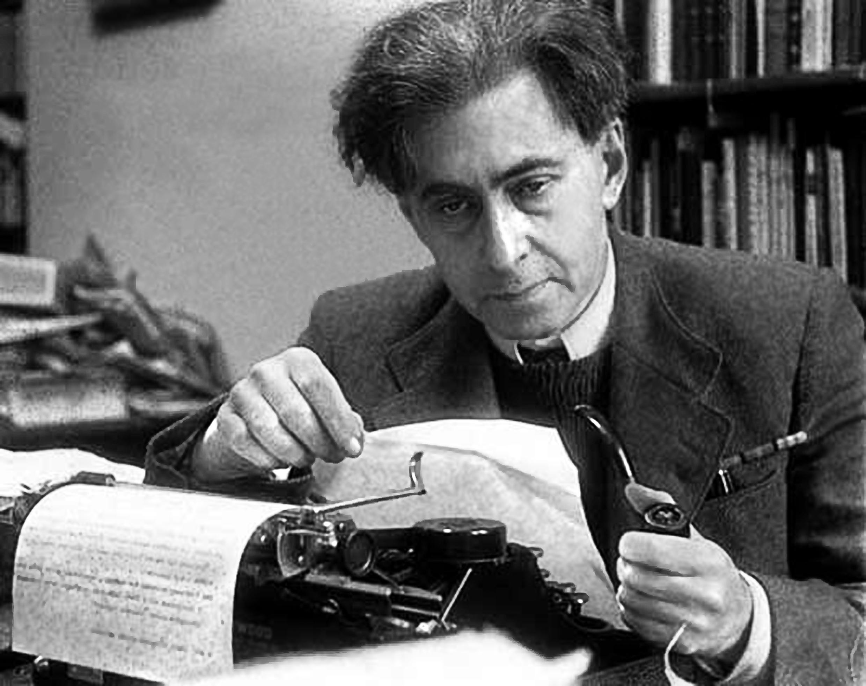 Илья Григорьевич Эренбург (14 [26] января 1891, Киев — 31 августа 1967, Москва) — русский писатель, поэт, публицист, журналист, военный корреспондент, переводчик с французского и испанского языков, общественный деятель, фотограф. В 1908—1917 и 1921—1940 годах находился в эмиграции, с 1940 года жил в СССР.