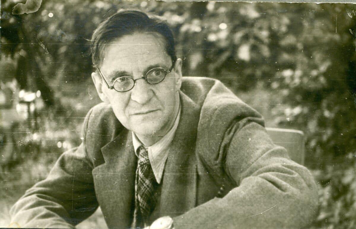 Всеволод Александрович Рождественский (1895—1977) — русский советский поэт и переводчик, журналист, военный корреспондент. В начале 1920-х годов входил в число «младших» акмеистов.