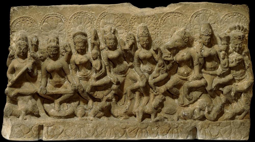 6. Семь божественных матерей (саптаматрика) с Шивой. Мадхья-Прадеш, Индия, 10 в. Британский музей