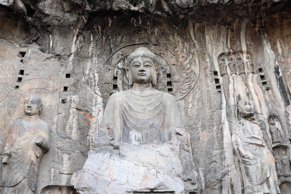 3. Будда Вайрочана с Анандой по правую руку и Кашьяпой по левую руку