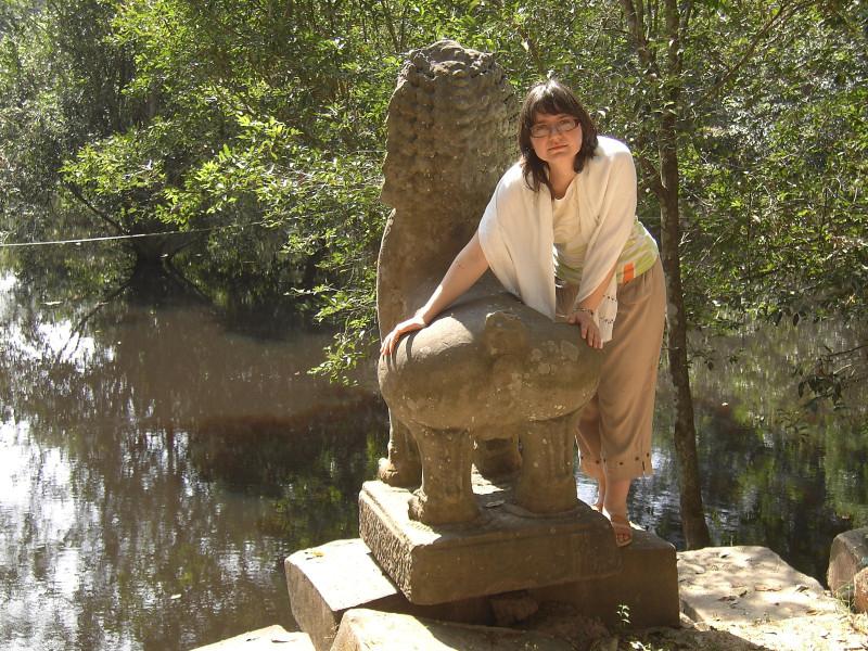 традиционная скульптура. возле храма с бассейном