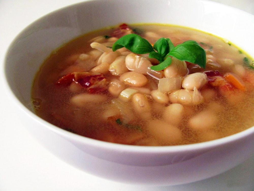 Деревенский-суп-на-говяжьем-бульоне-с-фасолью.