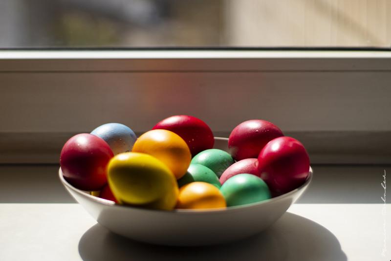 На моем окне разноцветные яйца. К чему бы это?