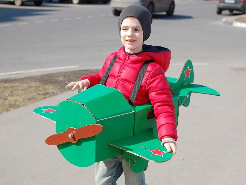 Самолет из картона и бумаги для детей