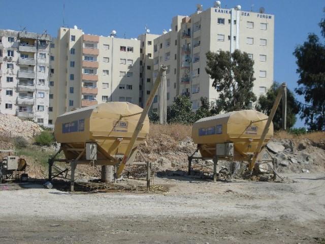 Горизонтальный цементный силос Carmix Carsilos на стройплощадке