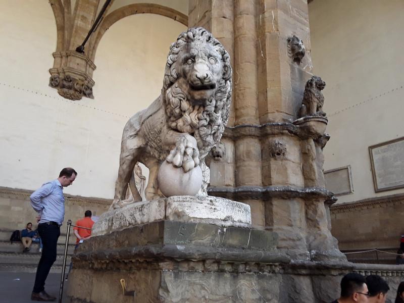 Флорентийский лев слева (Leone di Fancelli)