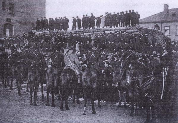 9_janvarja_1905_g._Gruppa_demonstrantov_blokirovannaja_voiskami