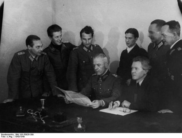 Bundesarchiv_Bild_183-P0926-309,_Sowjetunion,_Sitzung_des_NKFD