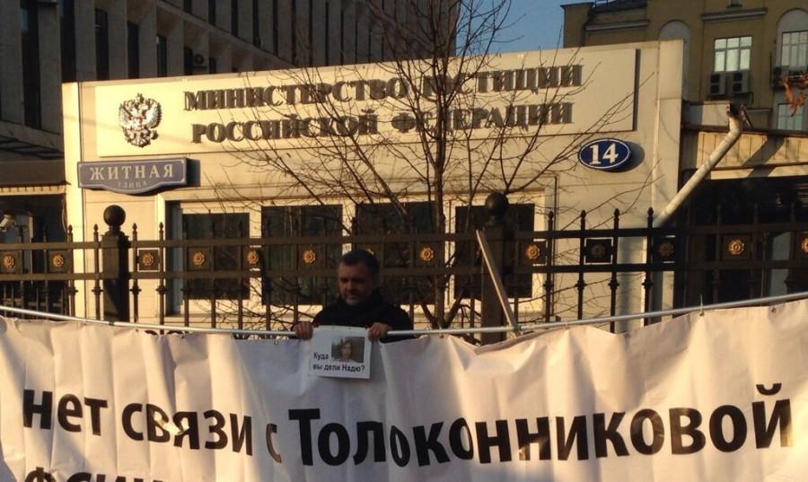 Пикетирует Петр Холобаев. Фото Дм. Куминова