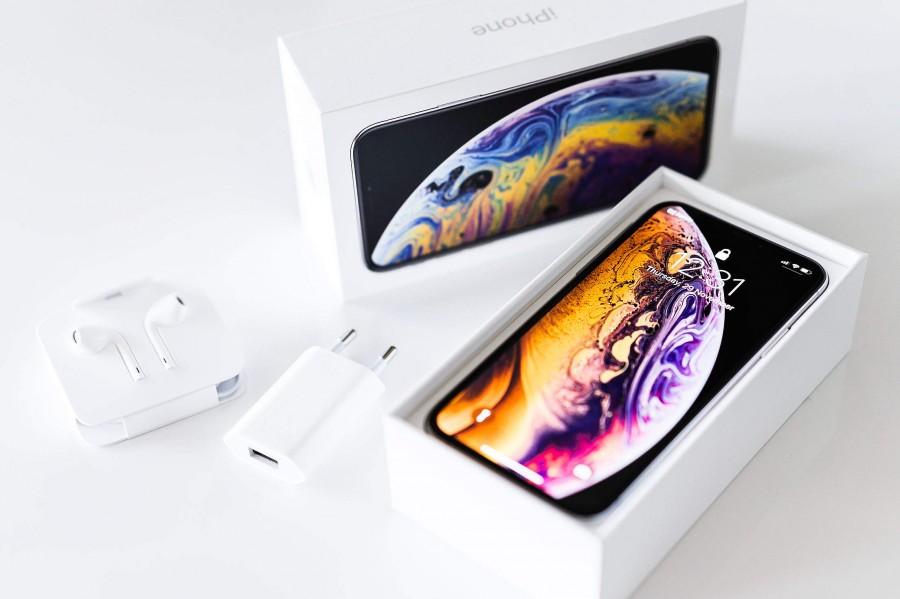 brand-new-iphone-xs-unboxing-2210x1473