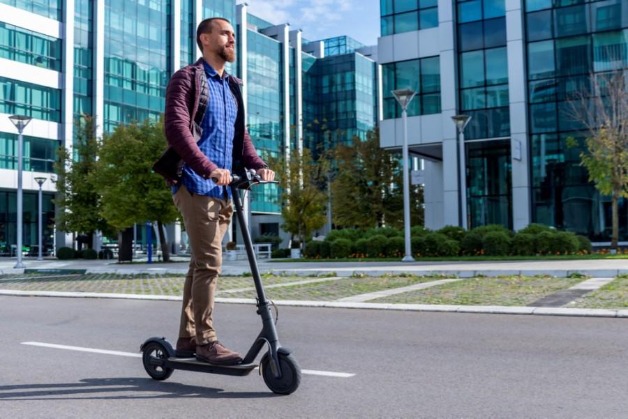 Zweirad-E-Mobilitaet-E-Scooter-Fahrer