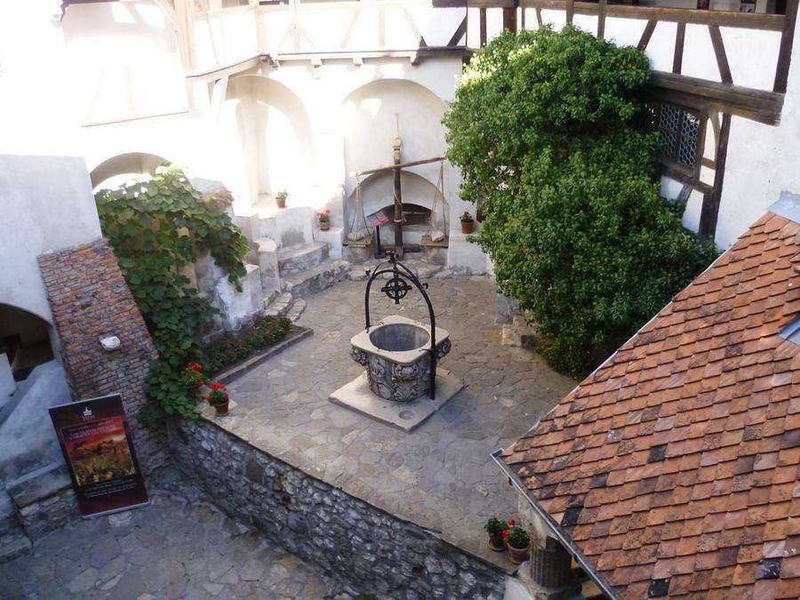 Двор замка Бран