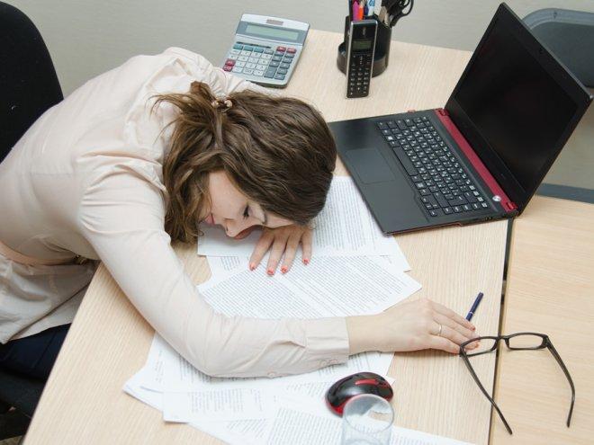 девушка устала после работе