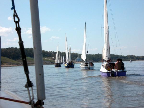 Яхты выстроились в кильватерную колонну перед Заимкой