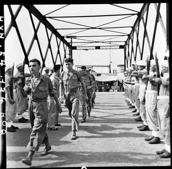 Фр пленные прибыли в Хайпонг вьет солд ИЛ отдают им честь авг 1954 фото  Тиро