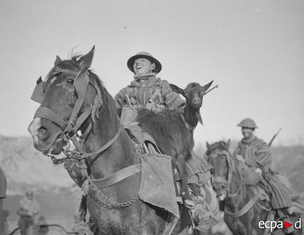 Гумье перевозит талисман отряда янв 1944 Жак Белин