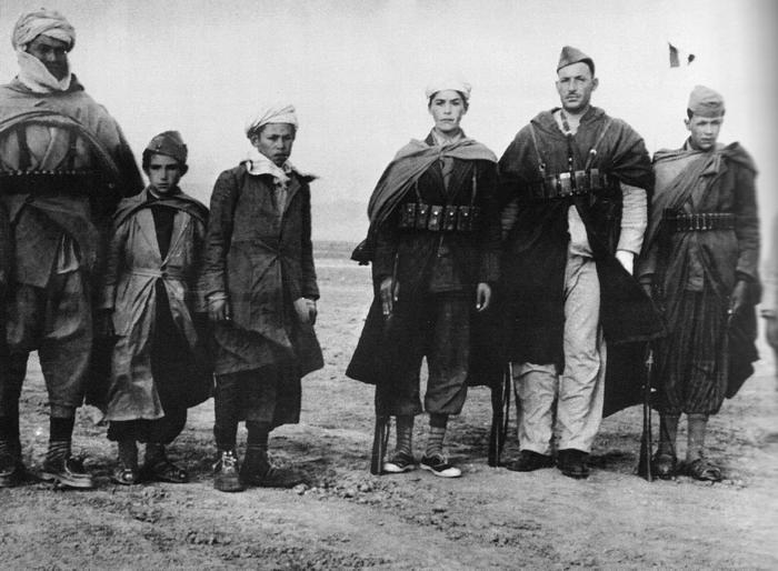 Аджуль Аджуль с семьей 1956 идет сдаваться французам