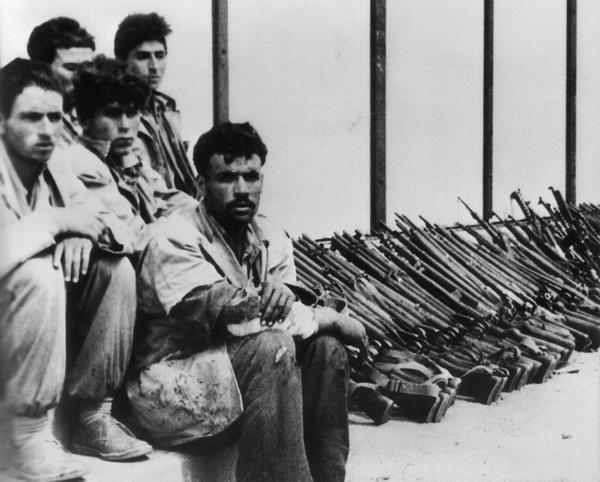 Пленные повстанцы и оружие в Тебессе 1957