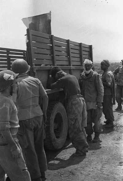 04 Раненые ждут прибытия санит сам Дакота март 1954 Дьенбьенфу
