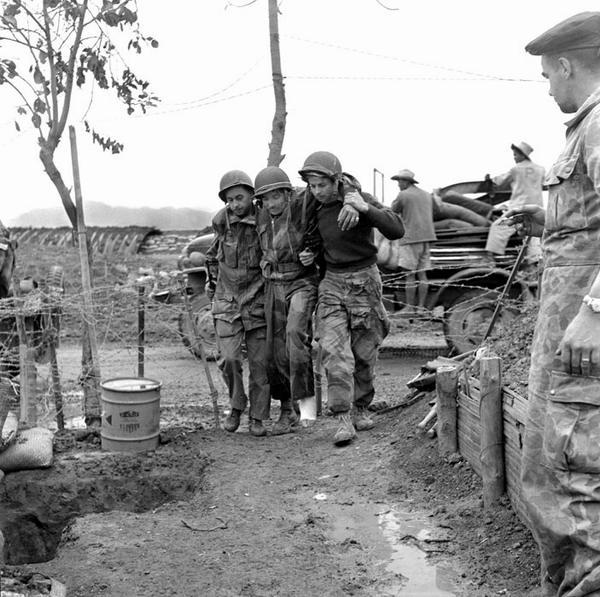 Парашютисты тащат товарища в госпиталь дьенбьенфу март 19542