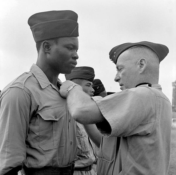 Генерал Доделье награждает солдата 24 полка сен стрелков на посту Йен Ви на юге от Ханоя Тонкин 1953