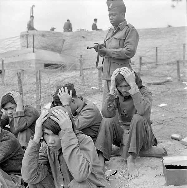 Пленные вьетнамцы под наблюдением стрелка 27 марш батальона синегальс стрелков