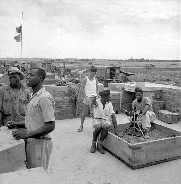 Сенегальские стралки и фр солдаты внутри фортификаций Ninh Binh Тонкин 22 июня 1951
