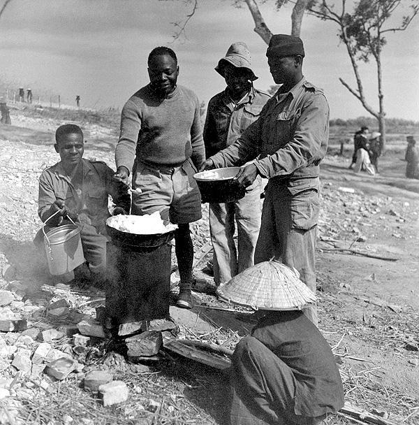 Люди 27 марш бат сен стр готовят еду Тонкин 1950