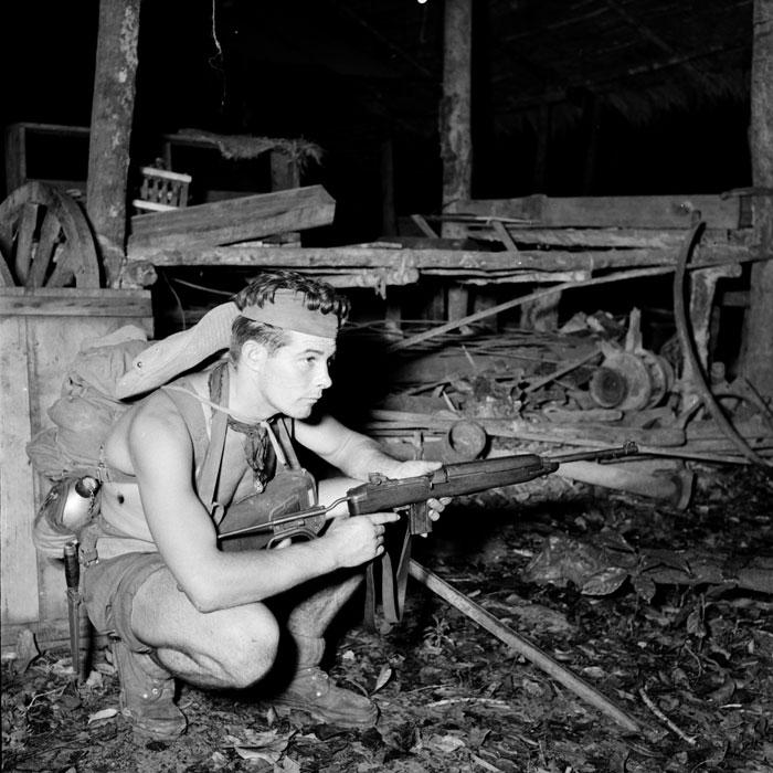 Сержант стоит на посту в то время как его товарищи портят станки