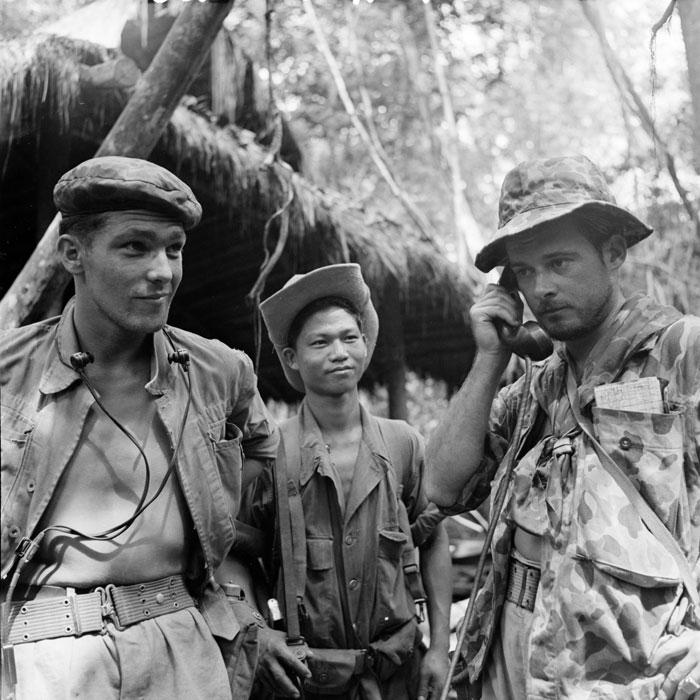 Лейтенант держит связь с солдатами по рации слева радист возле подп кузницы