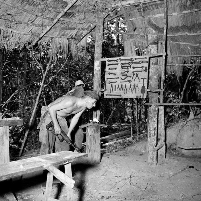 Парашютист обследует подп ор завод на предмет ловушек и мин
