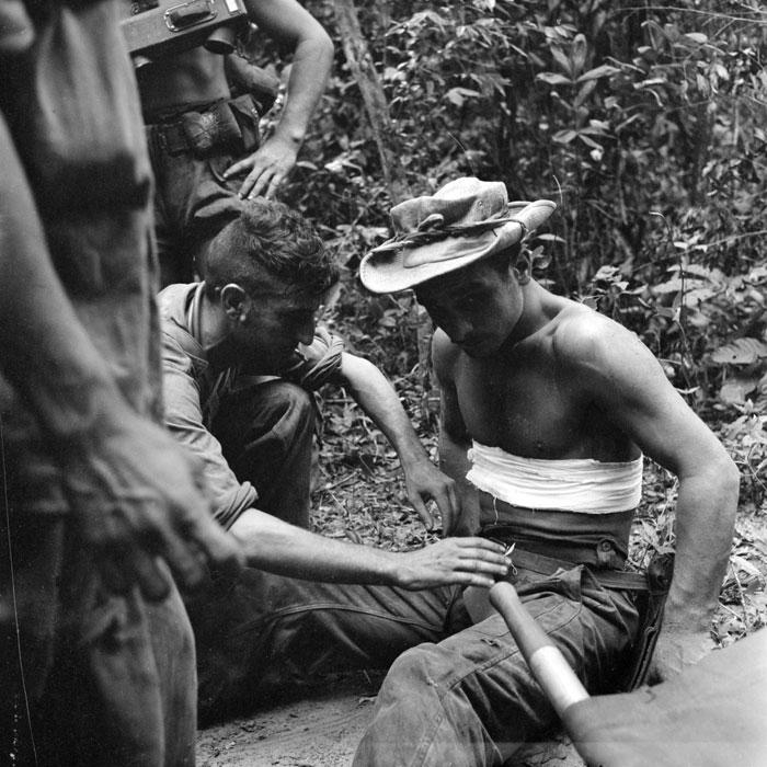 Парашютист ранен в живот осколком мины