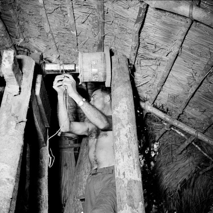Парашютисты готовят к взрывы подпольный оруж завод Вьетминя