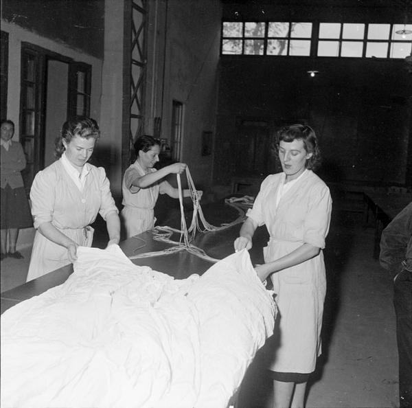 Укладчицы парашютов 1954 Тонкин Д Камю