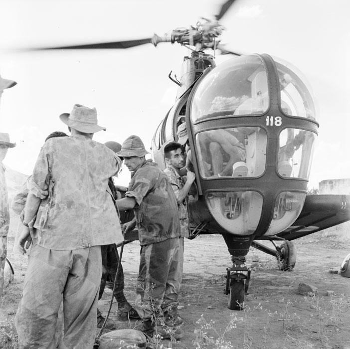 Эвакуация раненого в вертолете Сикорский