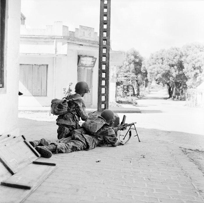 Ппарашютист с ручным пулеметом готов отразить атаку вьетнамцев