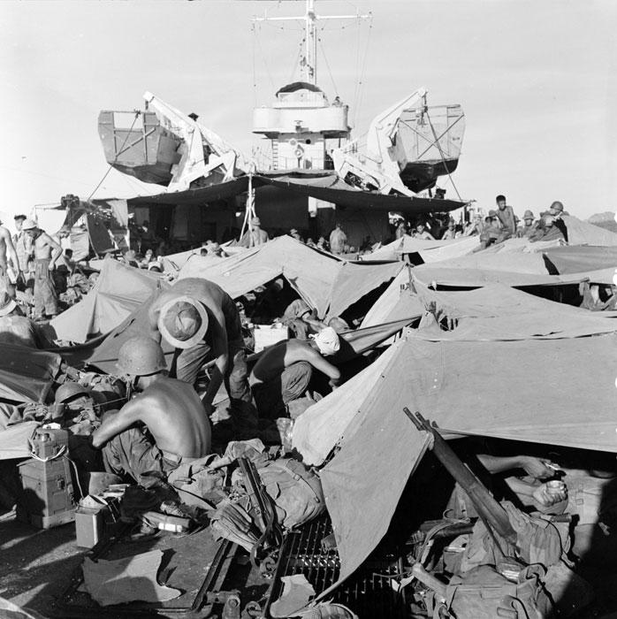 Импровизированный бивуак солдат 6пкп на борту судна