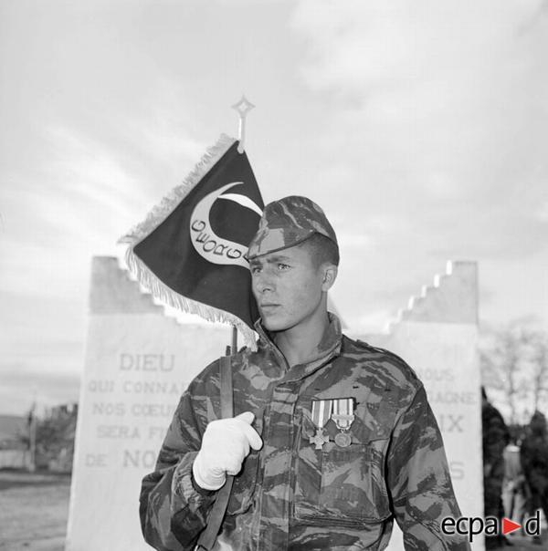 Солдат Бумедьен с флажком отряда 1959 1960 Артюр Сме