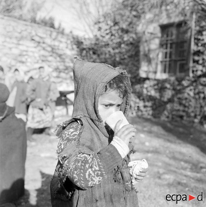 Алж девочка пьет молоко разд соц службой 1959 А Сме