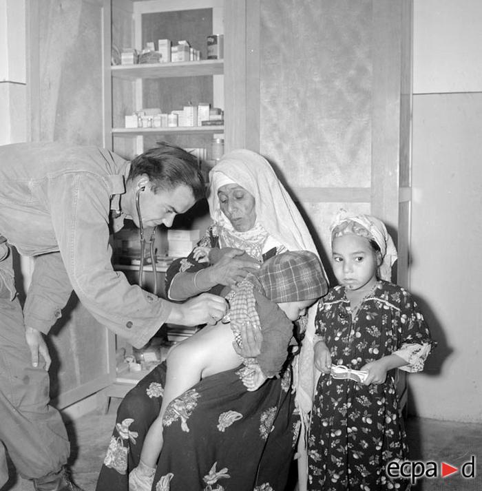 Осмотр ребенка в центре помощи населению перемещ деревень 1960 А Сме
