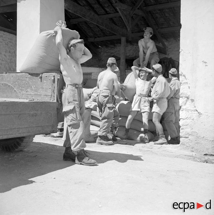 Солдаты 8 полка мех пех помогают на сх работах 1960 А Сме