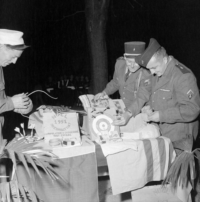 Ханой 28 дек 1951 Открытие посылокРождество для воюющих Noel du combattant 1951