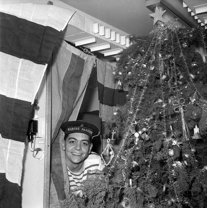 24 дек 1958 Оф и члены эк празднуют рожедство на борту сторож судна Алжир 1058