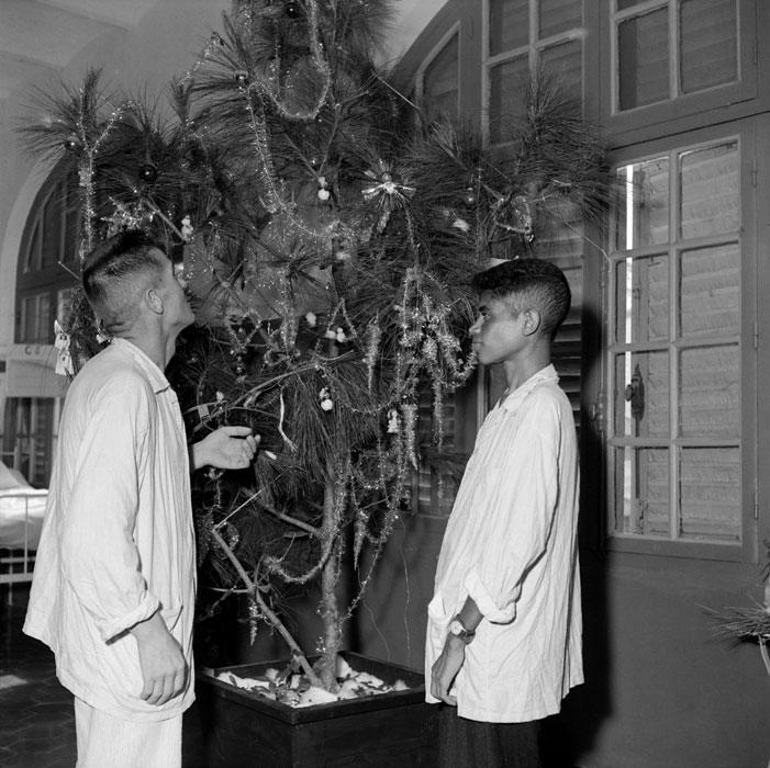 Раненые вьетнамцы перед елкой в госпитале Ланессан 1951 Ханой