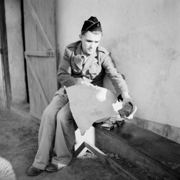 Тонкин дек 1950 Получение посылки от Красного креста для солдат сирот
