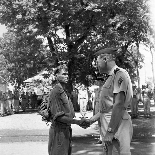 Ген Коньи пожимает руку одному из осв пленных в госп Ланессан авг 1954 Ж Лирон или Ж Люссан
