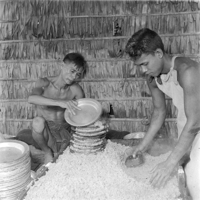 Заключенные наполняют тарелки белым рисом на кухне ма1 1952